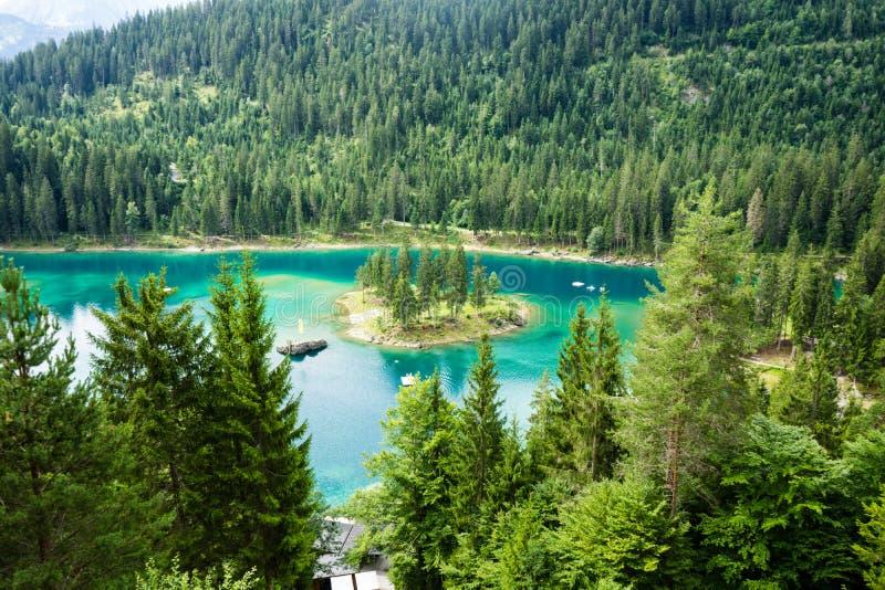 Caumasee nel lago switzerland con acqua del turchese immagini stock libere da diritti