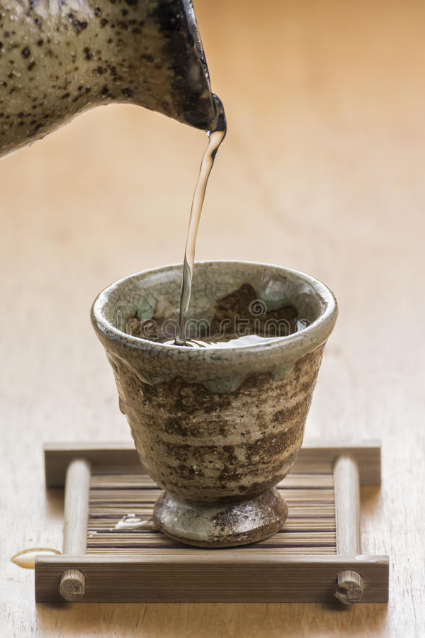 Causa de derramamento do close-up a cultura japonesa comer no tabl de madeira fotos de stock