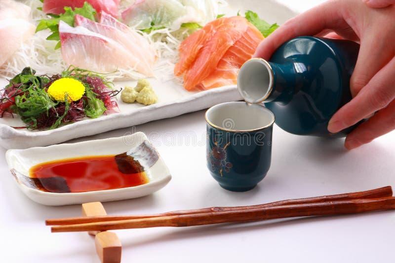 Causa japonesa do vinho de arroz e bandeja misturada do Sashimi, alimento japonês foto de stock