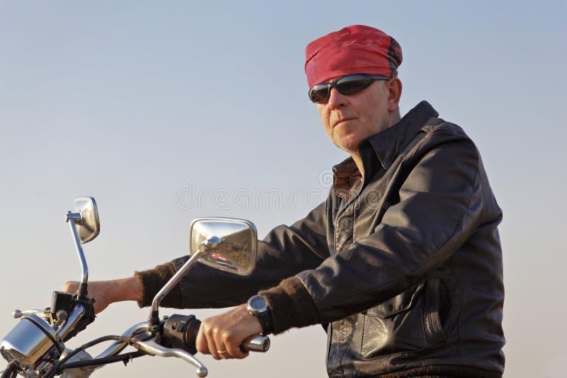 Causasian Motorbiker Bandanna und Farbtöne lizenzfreie stockfotos