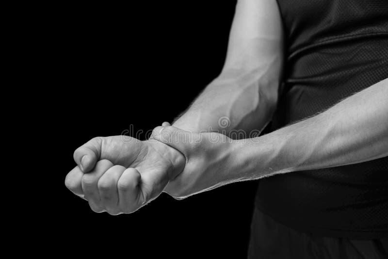 Cause dor em um pulso masculino, imagem monocromática fotografia de stock