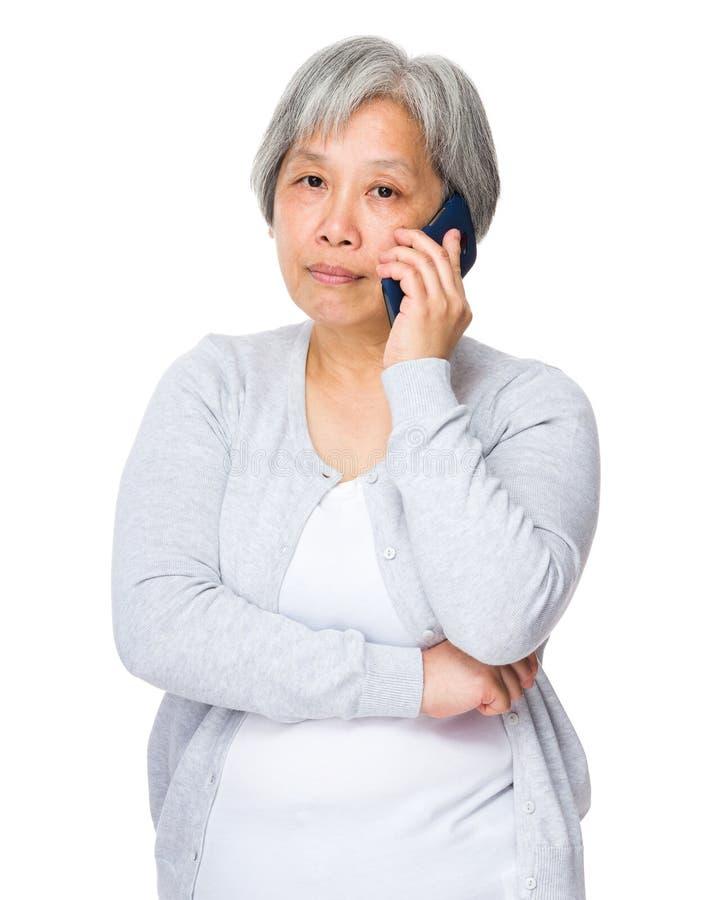 Causerie de dame âgée au téléphone portable photos libres de droits