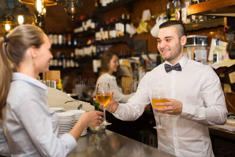 Causerie femelle avec des barmans image libre de droits