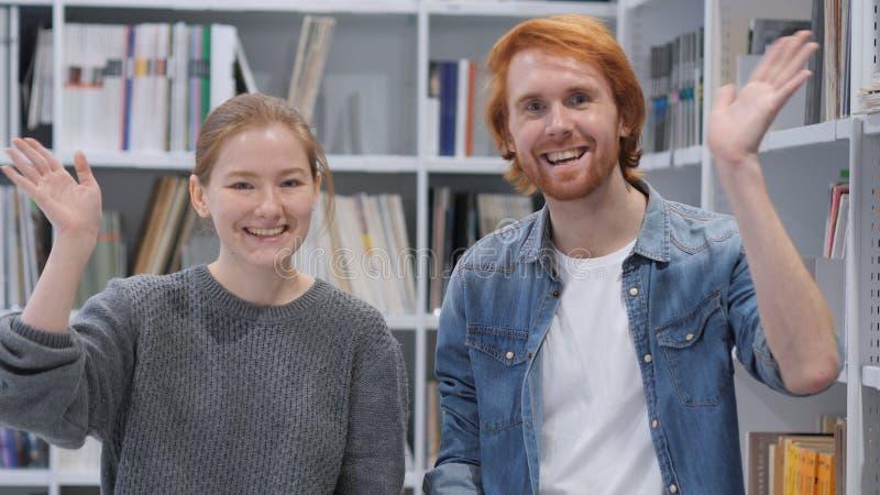Causerie visuelle en ligne par de jeunes couples, vue de webcam photos stock