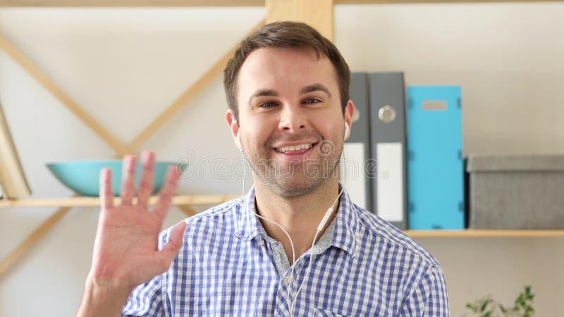Causerie visuelle, homme parlant par l'intermédiaire de webcam photo stock