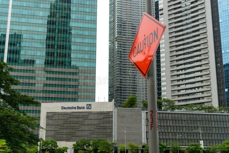 """""""Caution† drogowy znak obok Deutsche Bank logo zdjęcia stock"""