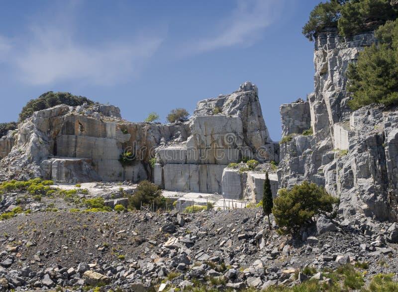 Cava del marmo di Portoro sull'isola di Palmaria, appena fuori da Portovenere, Liguria, Italia, Europa disused fotografia stock