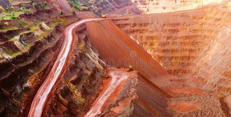 Cava dell'estrazione del minerale metallifero in Krivyi Rih fotografia stock libera da diritti