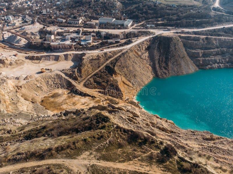Cava di calcare a cielo aperto industriale abbandonata con il lago dell'acqua, vista aerea panoramica fotografia stock