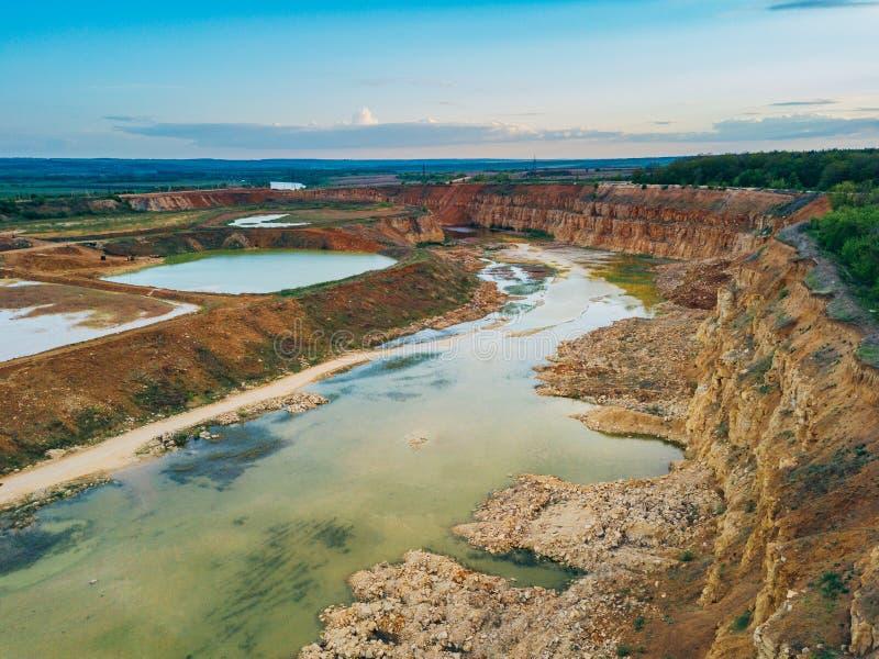 Cava di calcare con uno stagno nella regione di Lipeck fotografia stock libera da diritti