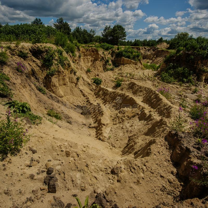 Cava di sabbia Estrazione mineraria illegale della sabbia nella cava immagini stock libere da diritti