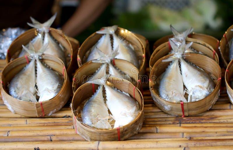 A cavala cozinhou no bambu tecido para a venda no mercado imagens de stock royalty free