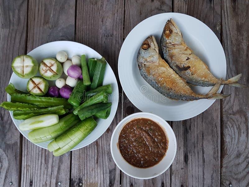 cavala dos peixes com pasta e vegetais do pimentão fotos de stock