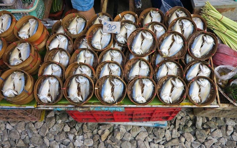 Cavala fresca no teste padrão de madeira da cesta no mercado de rua fotos de stock