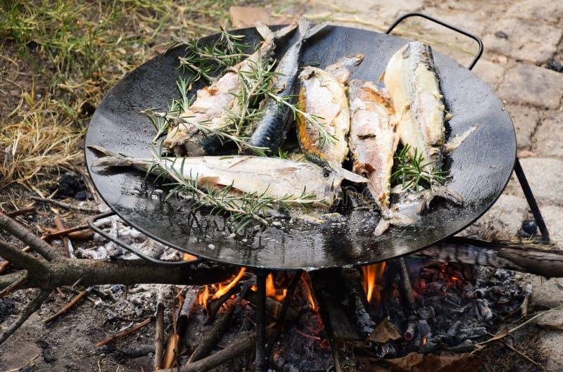 Cavala que grelha no prato redondo preto no ar livre aberto do fogo imagens de stock