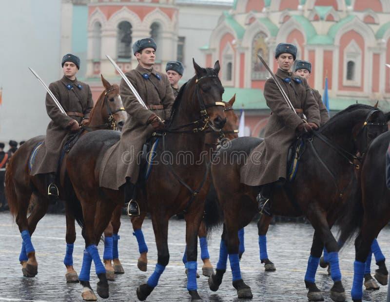 Cavalaria dos soldados do russo sob a forma da grande guerra patriótica na parada no quadrado vermelho em Moscou fotografia de stock