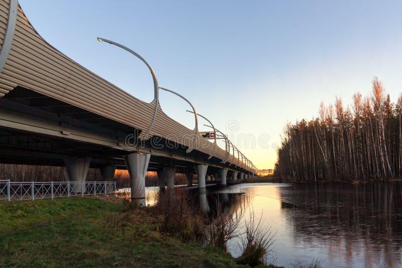 Cavalcavia della strada principale sopra il fiume al tramonto fotografie stock libere da diritti
