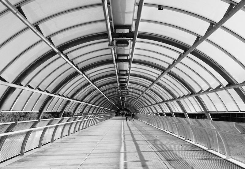 Cavalcavia moderna in bianco e nero immagine stock