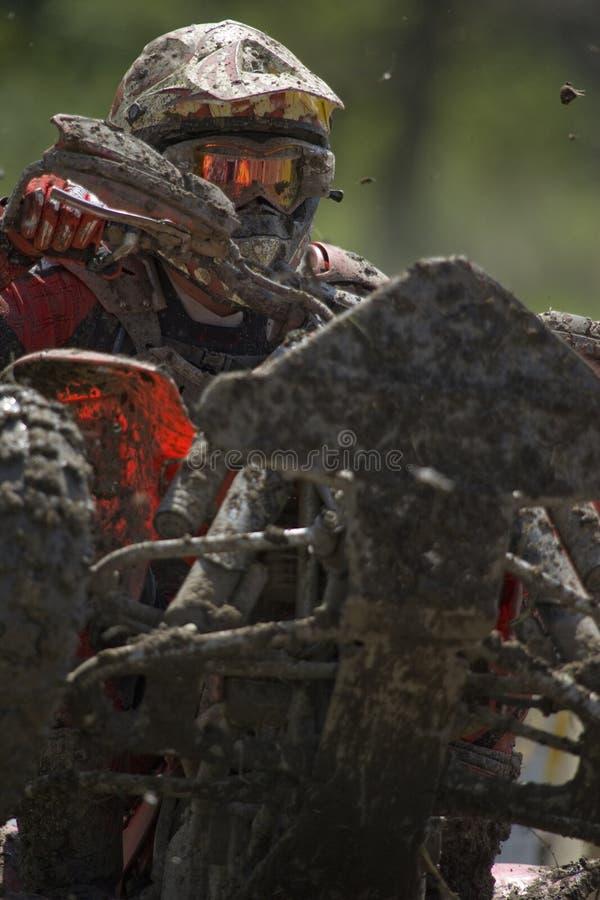 Cavaleiro ATV coberto de lama fotografia de stock royalty free