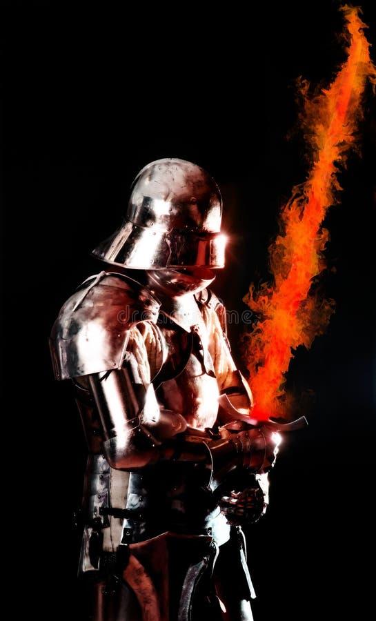 Cavaleiro blindado pesado na posição do combate imagem de stock royalty free