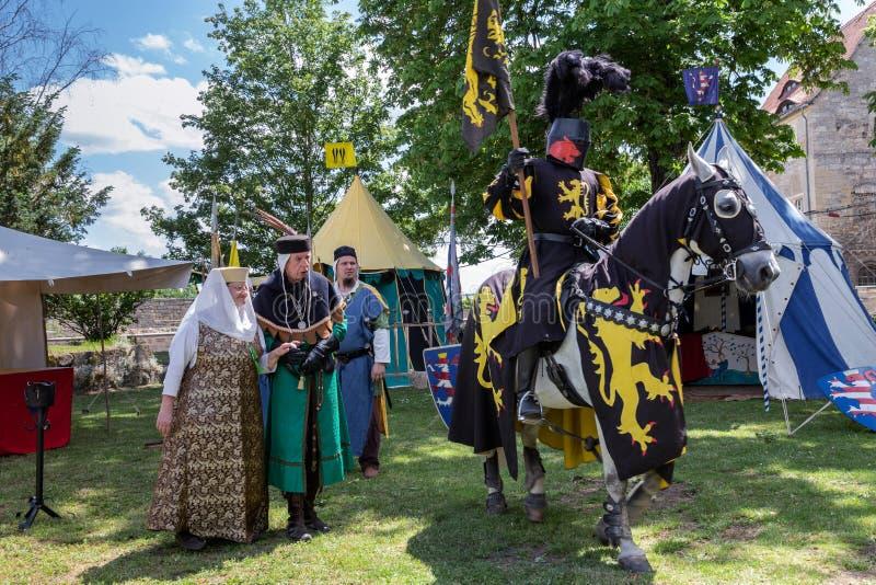Cavaleiro a cavalo com escolta imagens de stock royalty free