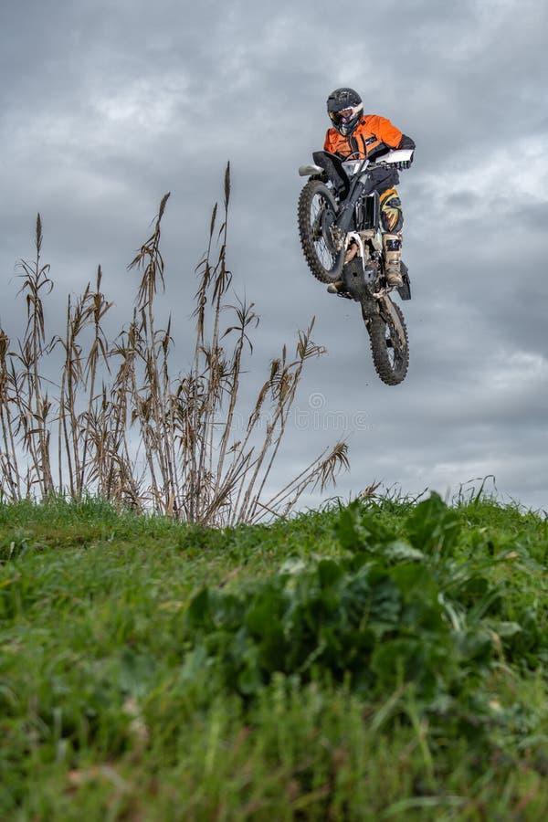 Cavaleiro da bicicleta de Enduro fotografia de stock royalty free