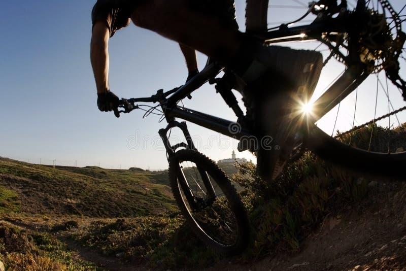 Cavaleiro da bicicleta de montanha no por do sol fotos de stock