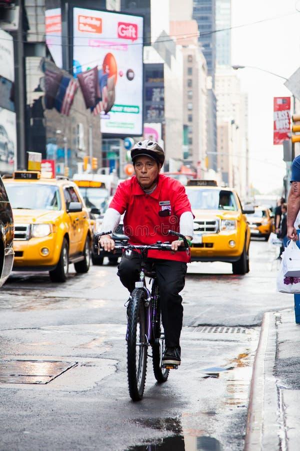 Cavaleiro da bicicleta em ruas de Manhattan foto de stock
