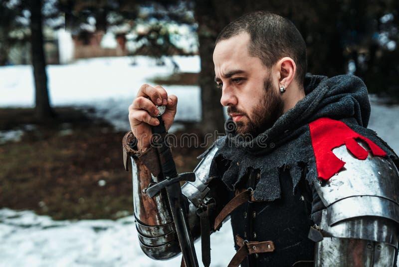 Cavaleiro do homem com espada fotos de stock
