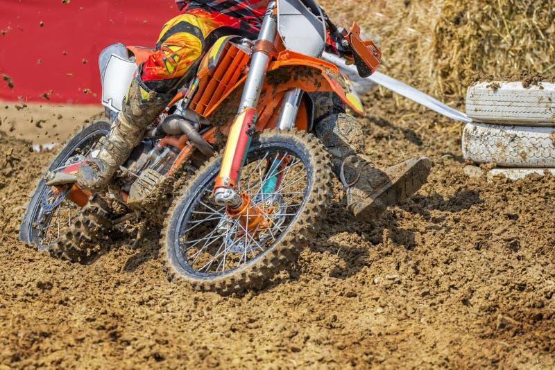 Cavaleiro do motocross que ara através da lama imagens de stock royalty free
