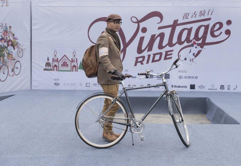 Cavaleiro e bicicleta do vintage imagem de stock