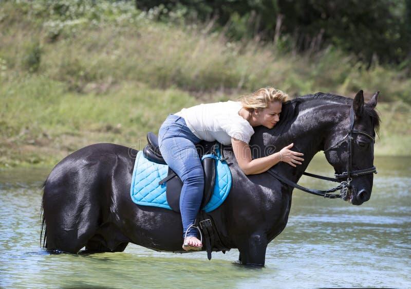 Cavaleiro e cavalo da mulher fotografia de stock royalty free