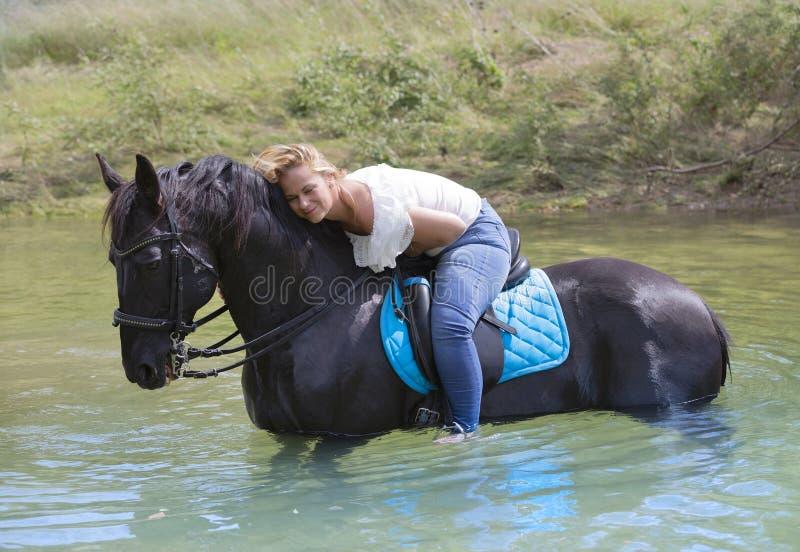 Cavaleiro e cavalo da mulher fotos de stock