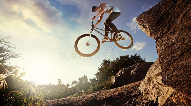 Cavaleiro em declive do Mountain bike fotografia de stock royalty free