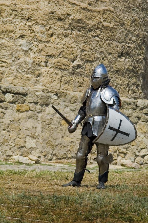 Cavaleiro europeu medieval perto da citadela fotos de stock