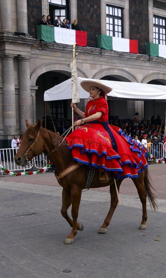 Cavaleiro fêmea mexicano na rua fotos de stock
