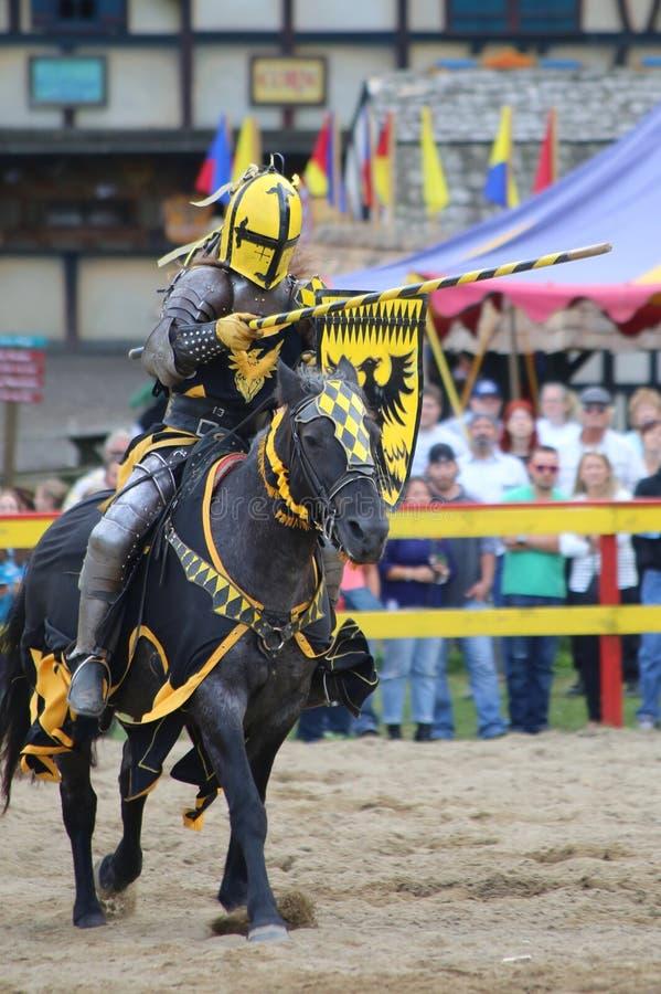 Cavaleiro Jousting na armadura imagens de stock