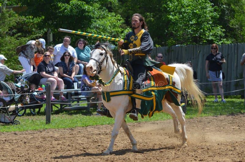 Cavaleiro Jousting no festival do renascimento fotografia de stock