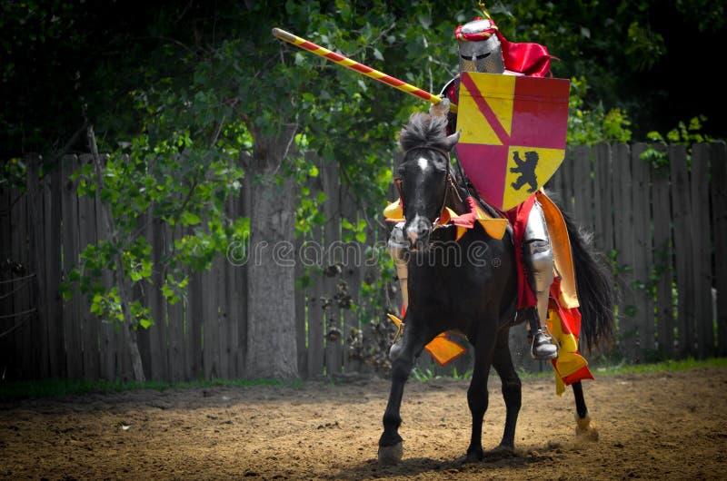 Cavaleiro Jousting no festival do renascimento foto de stock royalty free