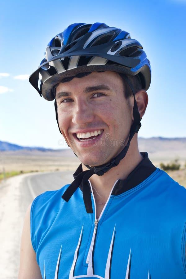 Cavaleiro masculino de sorriso da bicicleta imagens de stock royalty free