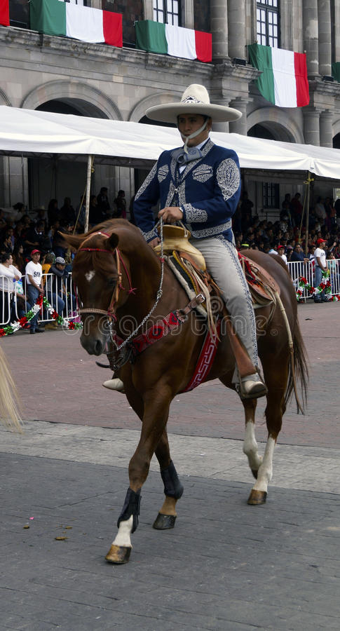 Cavaleiro masculino mexicano na rua foto de stock royalty free