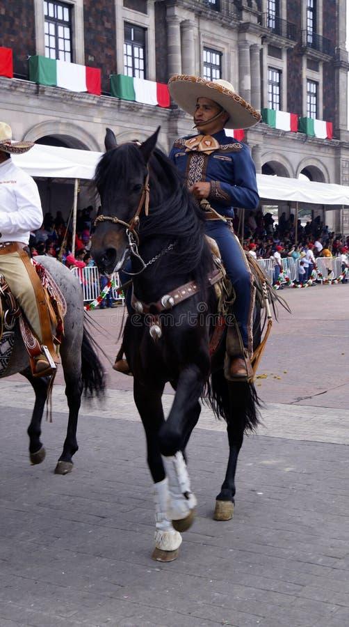 Cavaleiro masculino mexicano no tiro da parte dianteira da rua imagem de stock