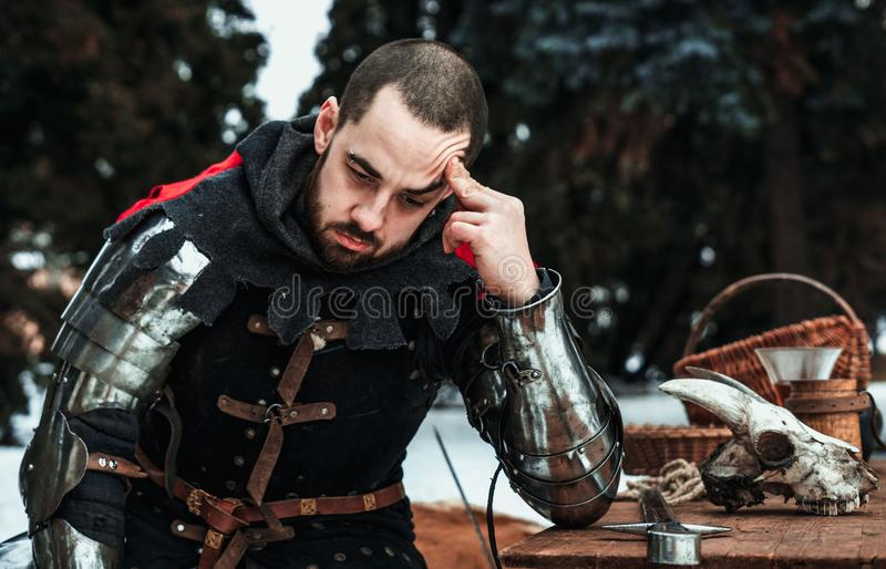 Cavaleiro masculino pensativo na roupa histórica foto de stock