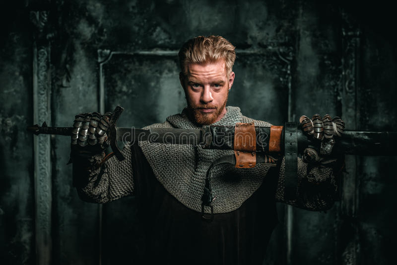 Cavaleiro medieval com espada e armadura imagens de stock