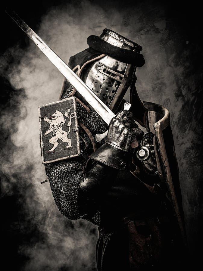 Cavaleiro medieval na armadura completa imagem de stock royalty free