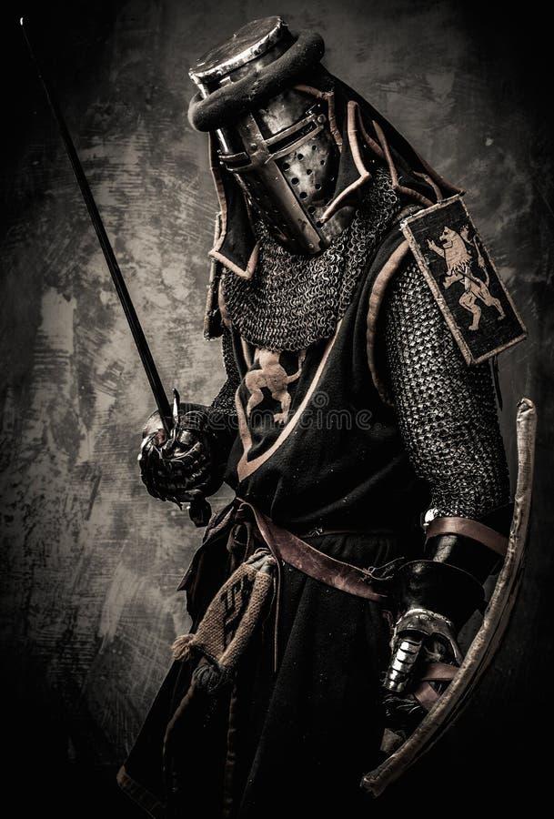 Cavaleiro medieval na armadura completa imagens de stock royalty free