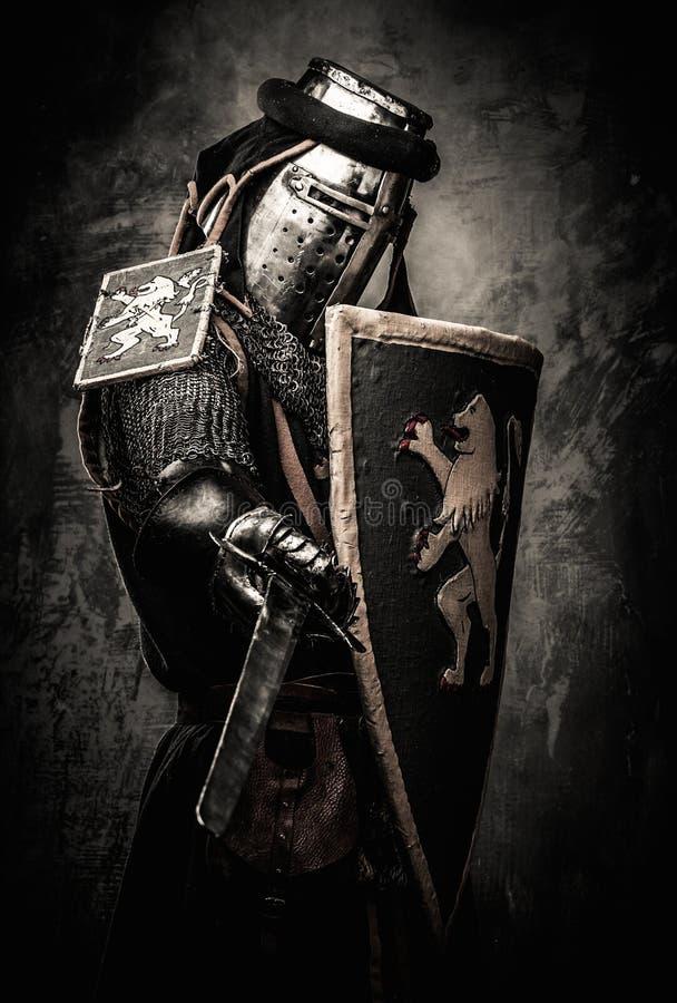 Cavaleiro medieval na armadura completa foto de stock