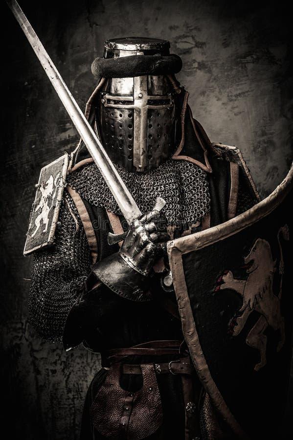 Cavaleiro medieval na armadura completa imagem de stock