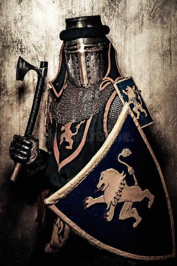 Cavaleiro medieval na armadura completa fotografia de stock royalty free