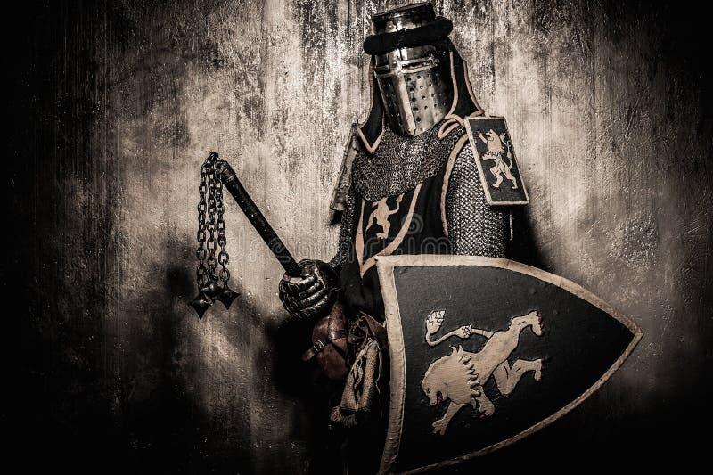 Cavaleiro medieval na armadura completa fotografia de stock